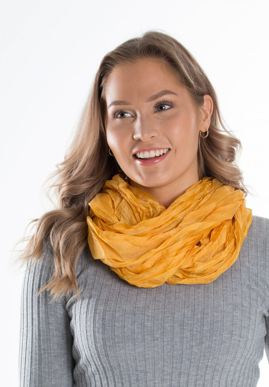 keltainen huivi